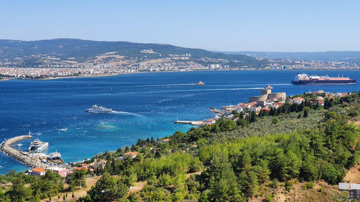 Турция остановила движение судов через Дарданеллы