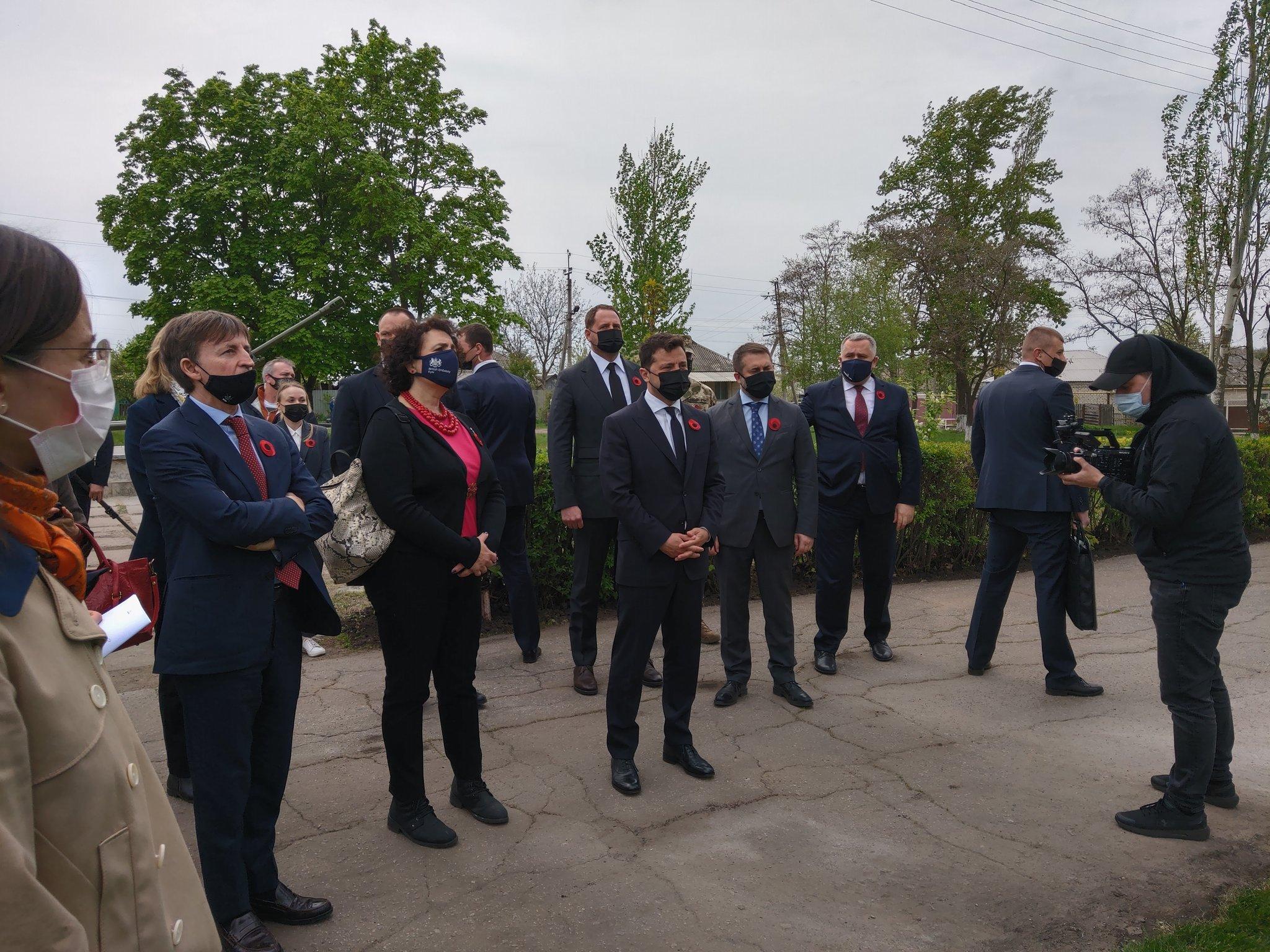 Зеленский в окружении послов G7 и ЕС прибыл на Луганщину