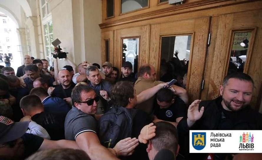 Прямая демократия в действии: толпа из Нацкорпуса и участников АТО штурмом взяла Львовский горсовет