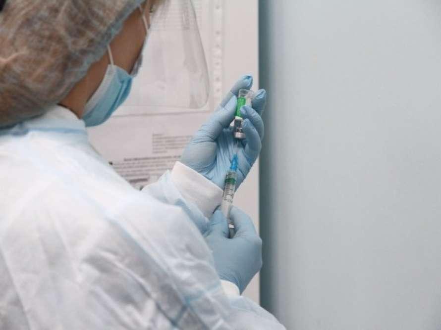 Первый украинец получил вторую дозу вакцины от коронавируса
