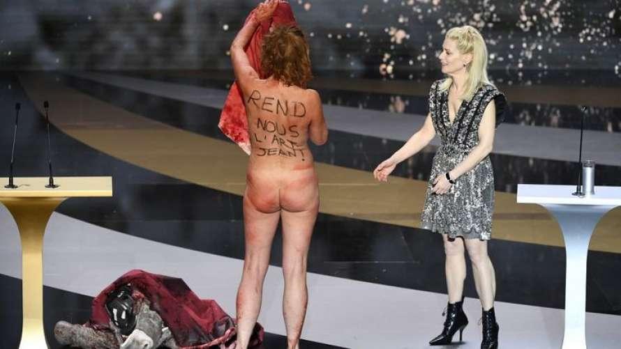 Во Франции депутаты просят возбудить уголовное дело против актрисы, раздевшейся при получении премии «Сезар»